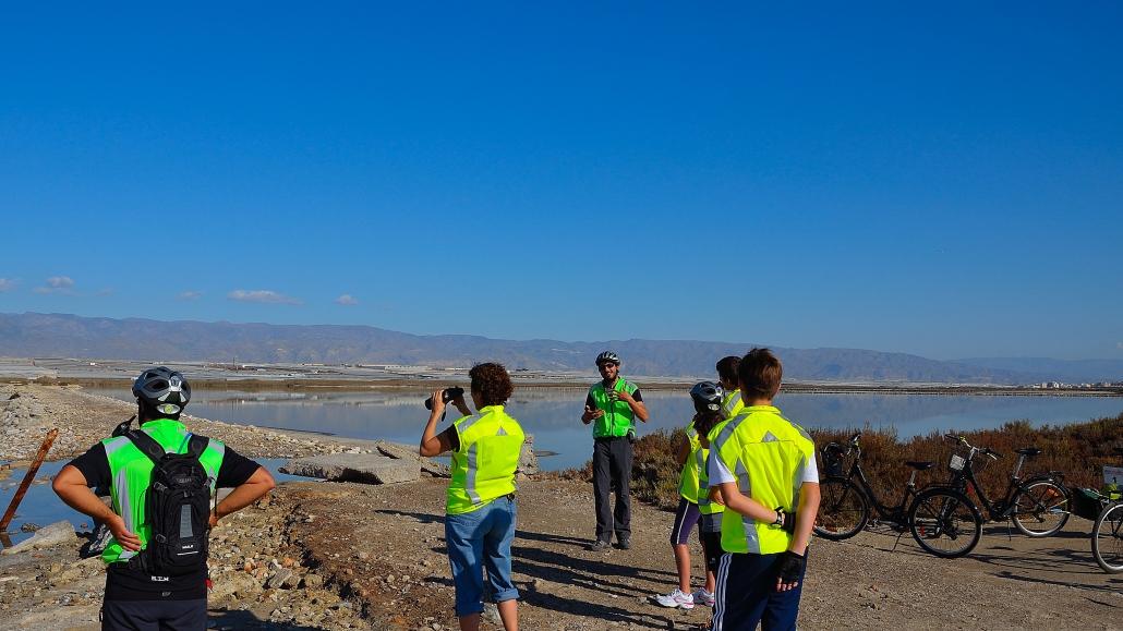 Juanjo, de Enrutados, explica el origen de Las Salinas, mirando a Sierra de Gádor
